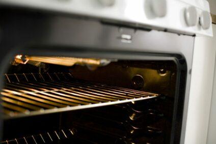 7 bewährte Methoden zur Reinigung verschmutzter Backofenroste