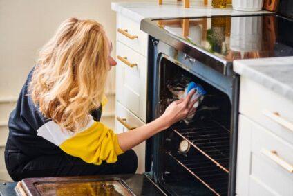 Wie man einen Backofen schnell, oder ohne Chemikalien reinigt