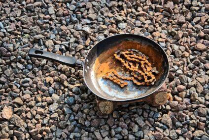 Rost von einer gusseisernen Pfanne entfernen