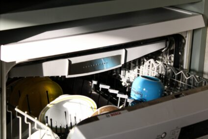 aufgeklappte Spülmaschine der Marke Bosch