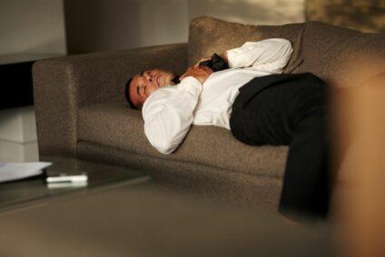 5 Gründe, warum es eine schlechte Idee ist, auf der Couch einzuschlafen